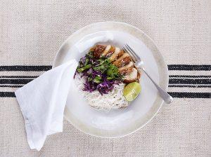 Prato de 20 minutos: Frango ao molho de soja com macarrão Vermicelli e legumes orientais